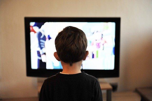 dítě na TV