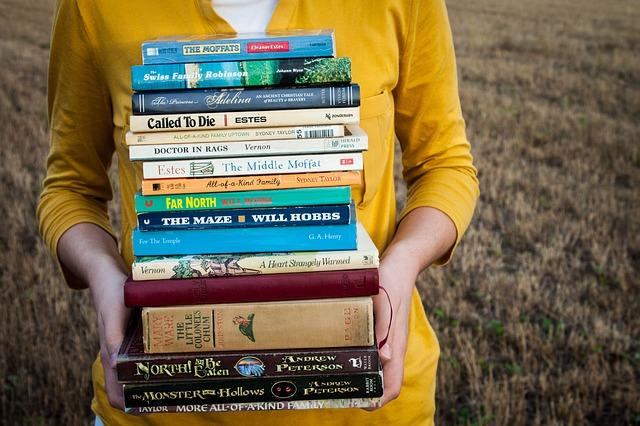 dívka se stohem knih