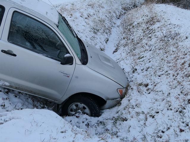 auto v příkopu po nehodě