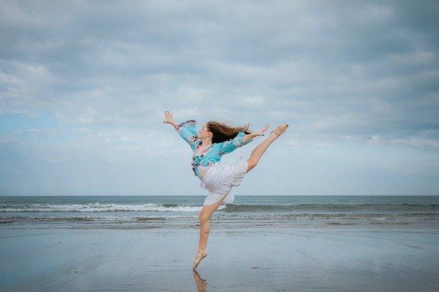žena tančí na pláži