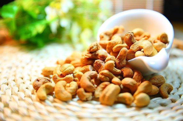 kešu ořechy v misce